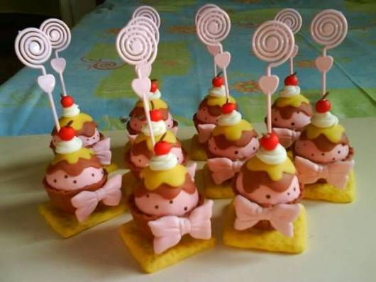 lembrancinha de biscuit rosa e marom