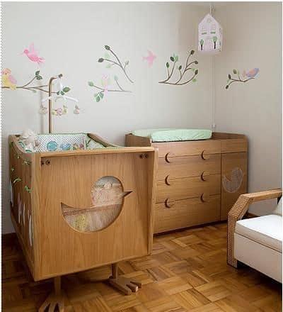 móvel cor madeira no quarto de bebê