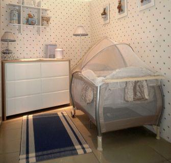 berço portátil em quarto de bebê
