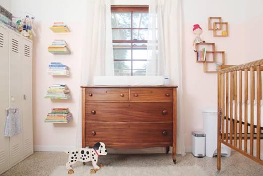 quarto de bebê com móveis alternativos