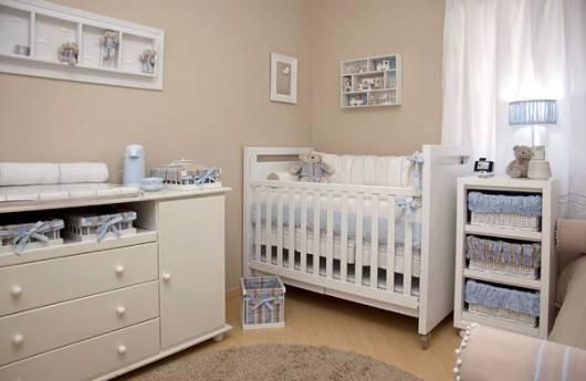 quarto de bebê com móveis brancos
