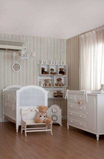 quarto de bebê com móveis provençais