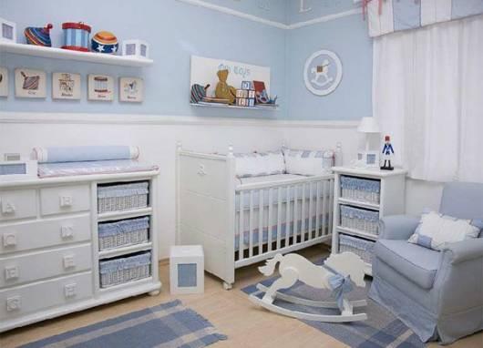 quarto de bebê com móveis claros