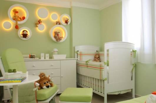 conjunto de móveis brancos para quarto de bebê