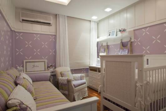 móveis claros no quarto de bebê