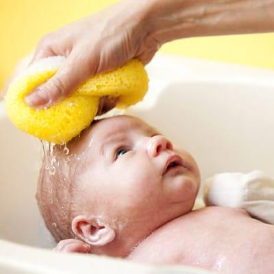 primeiro banho do bebê usando esponja