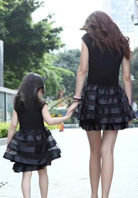 pose para foto de roupa tal mãe, tal filha