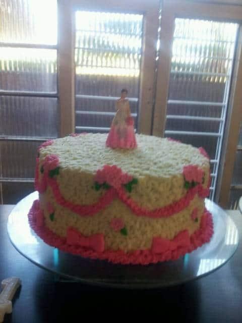 bolo decorado 15 anos chantilly rosa e branco