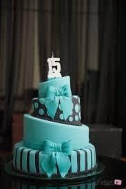 bolo moderno 15 anos azul claro e preto