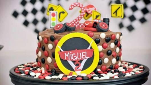 bolo de chocolate simples filme Carros