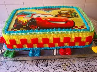 bolo colorido com papel de arroz Carros