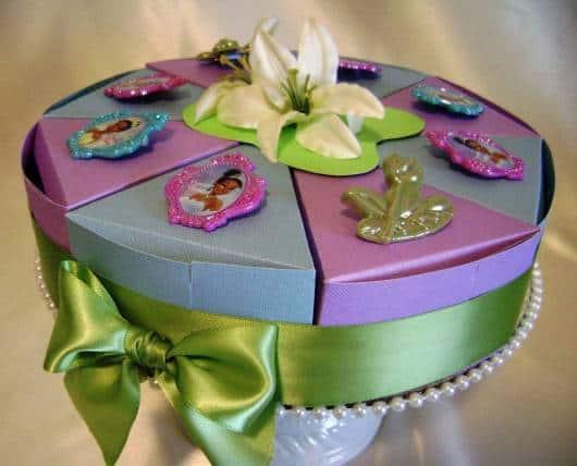 modelo de bolo falso de festa da princesa e o sapo