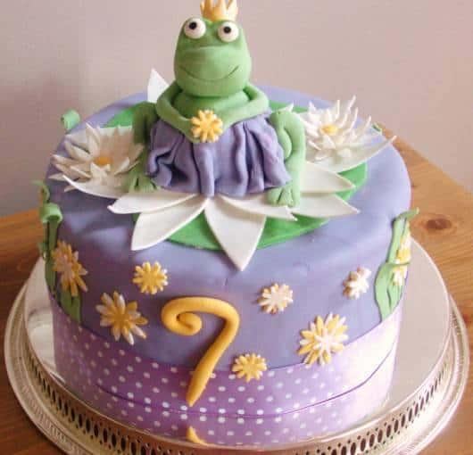 lindo bolo de festa da princesa e o sapo