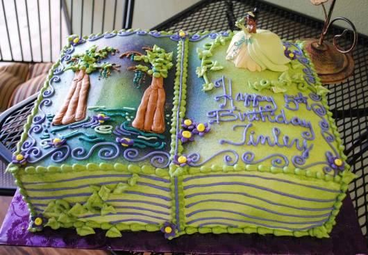 lindo bolo de festa da princesa e o sapo em formato de livro