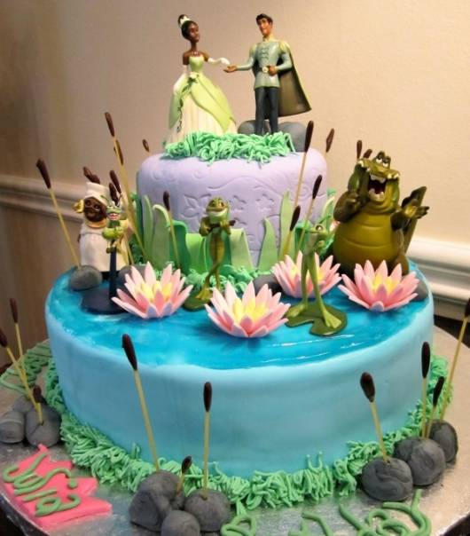 dica de bolo decorado para festa da princesa e o sapo