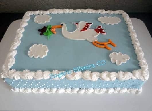 bolo simples cegonha azul e branco