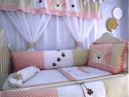 cortina rosa e marrom quarto de bebê