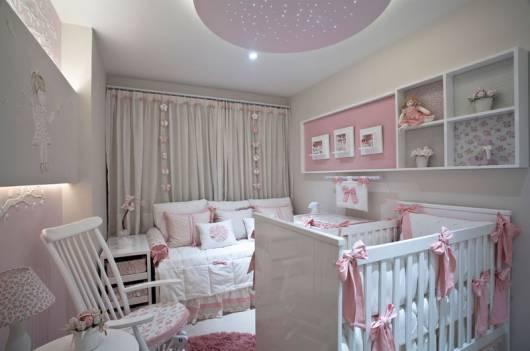 cortina branca e rosa quarto de bebê