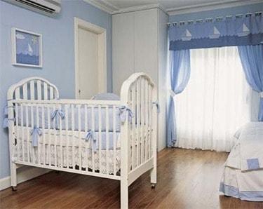 cortina azul e branca quarto de bebê