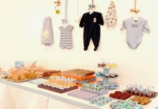 apoio de doces na mesa do chá de bebê