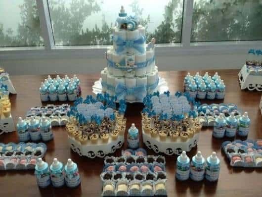 mesa de doces de chá de fraldas de menino