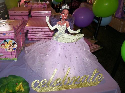 lindo modelo de totem para festa da princesa e o sapo