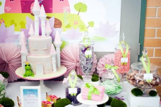 linda decoração de festa da princesa e o sapo