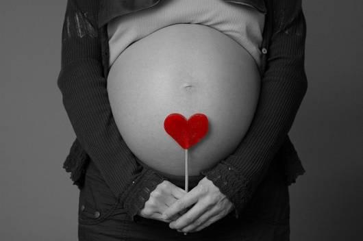 foto barriga grávida preta e branca