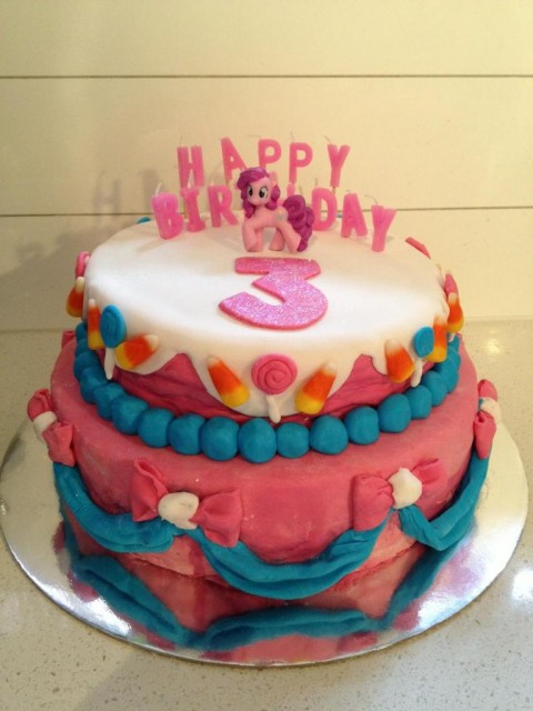 lindo bolo de festa equestria girl nas cores rosa e azul