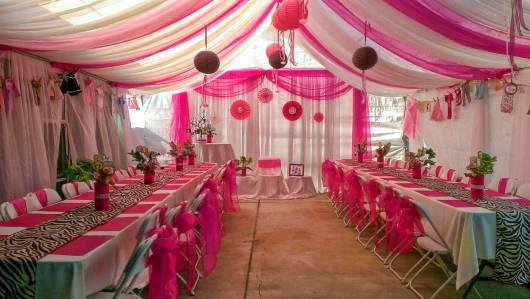 decoração de sala para chá de bebê na cor rosa