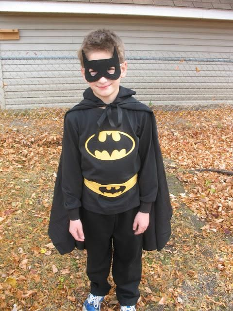 menino vestido de batman