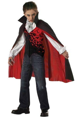 menino vestido vampiro
