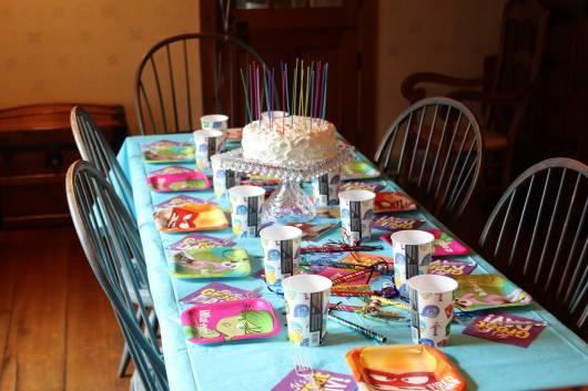 decoração de mesa divertida mente