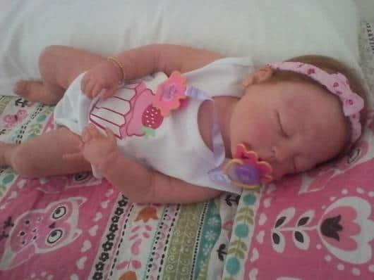 boneca que imita bebê