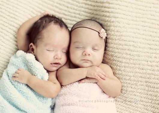 foto de 2 lindos bebês dormindo