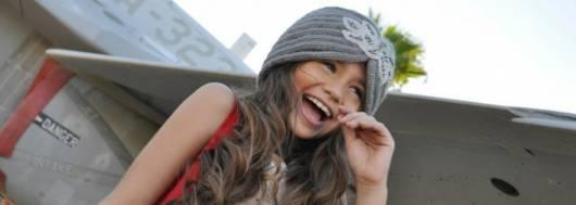 modelo infantil usando uma linda touca