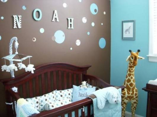 quarto de bebê azul e marrom
