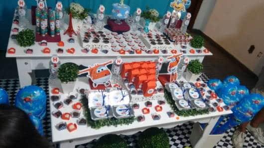 Pela mesa, docinhos espelhados para decorar