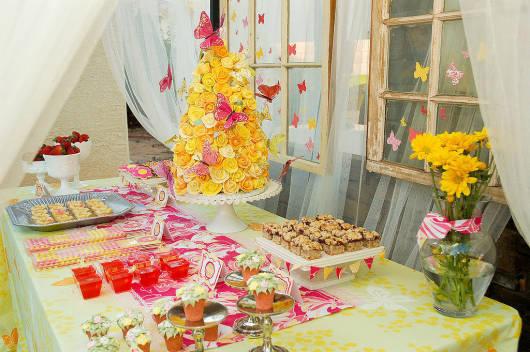 festa primavera com flores na mesa