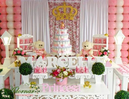 mesa decorada com bolo de fraldas
