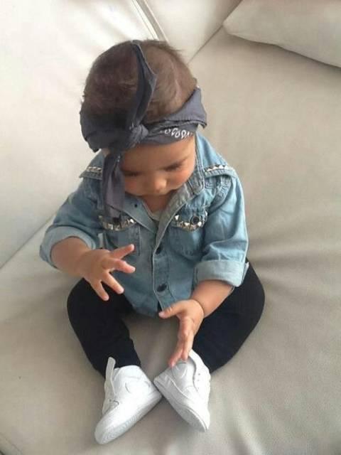 bebê com camisa jeans