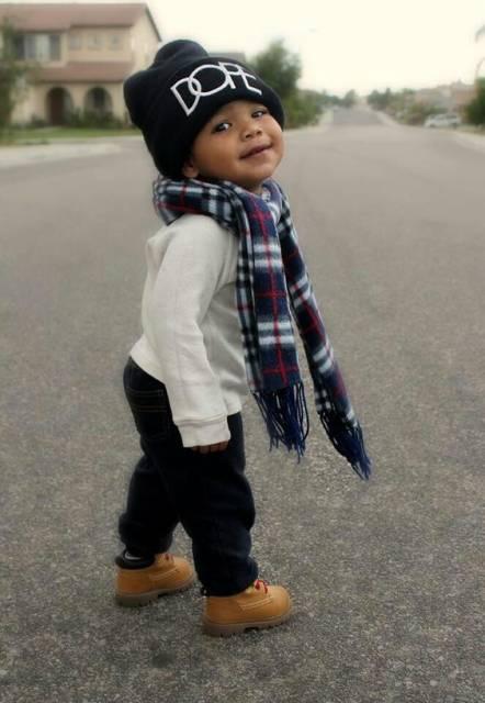 menino com roupas da moda