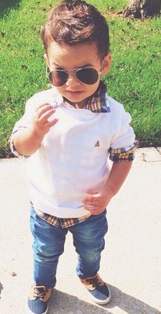 menino com look moderno