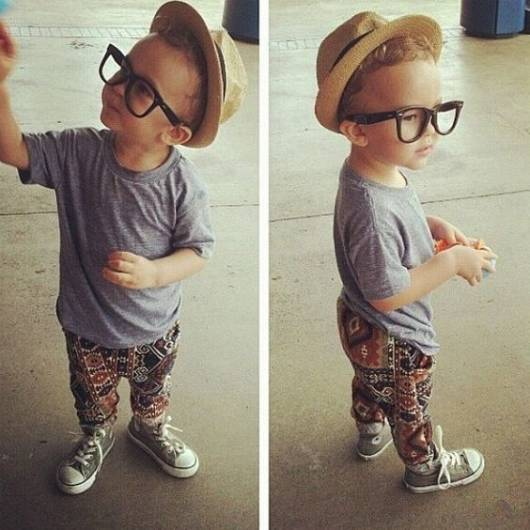 menino com chapéu