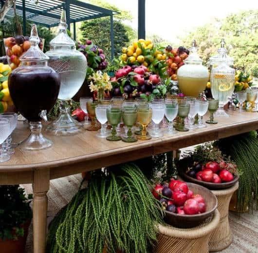 mesa com suportes de suco