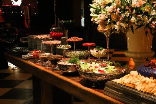 mesa de comida decorada