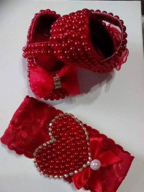 sapato e tiara vermelha