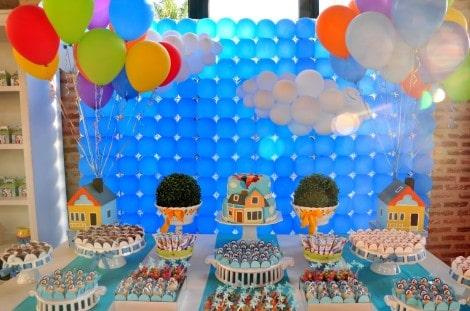 A combinação de azul e alaranjado dá cor a festa