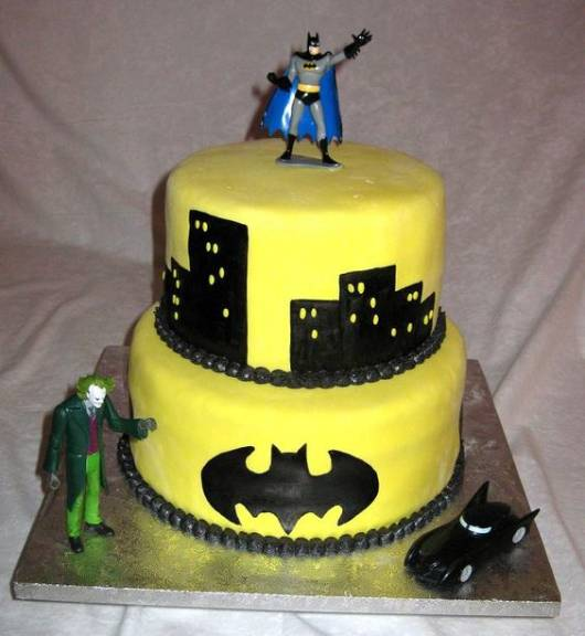 bolo decorado com brinquedo