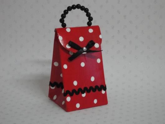 caixinha vermelha com estampa bolinhas